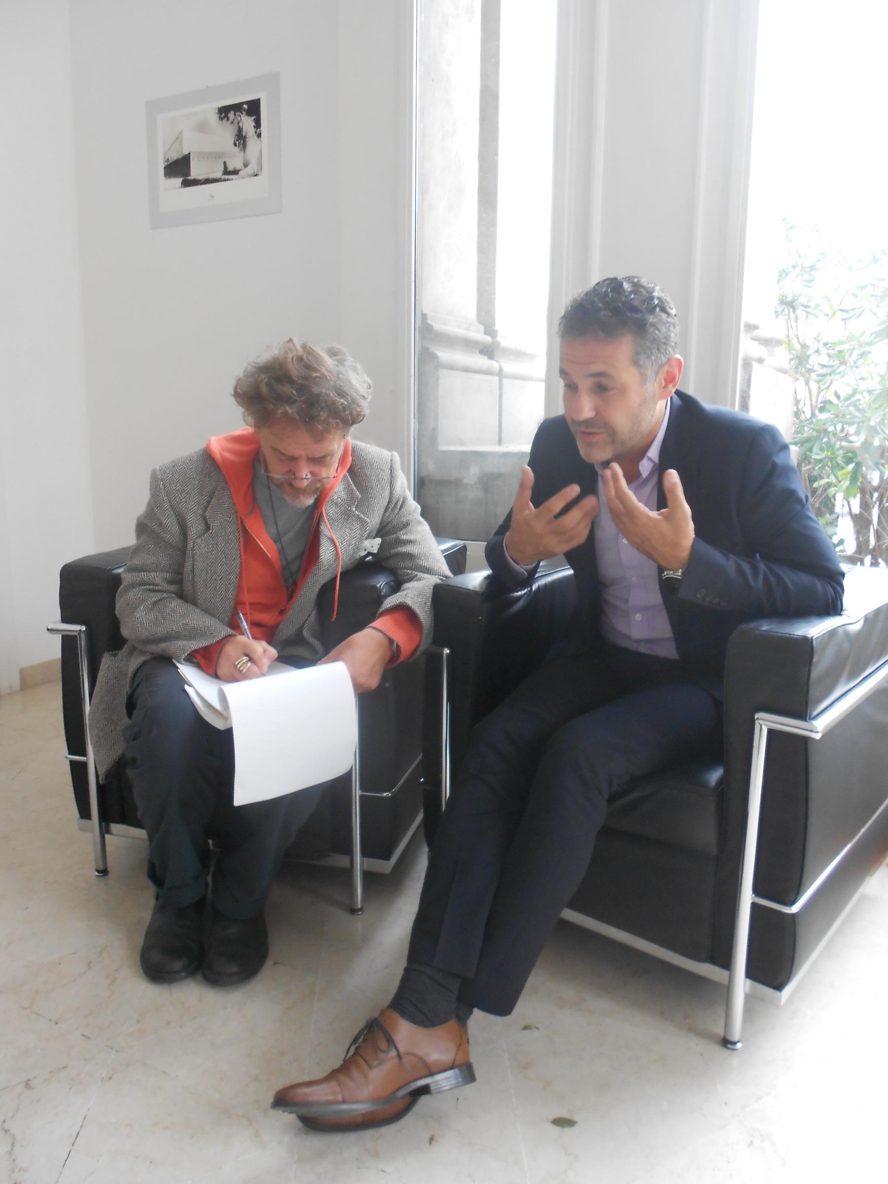 Khaled Hosseini durante l'intervista (a fianco, il suo interprete)