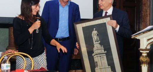 Como Villa Olmo premiazione 2° edizione Premio Internazionale di Letteratura Città di Como, Ferruccio De Bortoli premiato con una stampa su tela del monumento di Volta