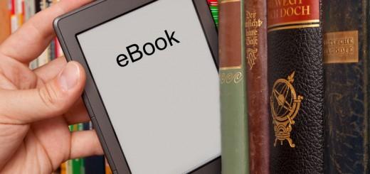eBook vs Buch, e-Reader aus einem Bücherregal ziehen
