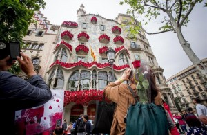 fachada-casa-batllo-repleta-rosas-este-viernes-previo-diada-sant-jordi-1461351390614